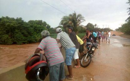 Intensidade das chuvas aumentam e riacho transborda em Canavieira