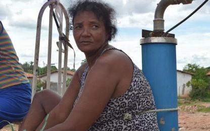 Sem água na torneira, dona de casa protesta e se amarra a poço