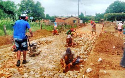 Vereadora Rayanna acompanha obra de pavimentação em Jatobá dos Nolêtos