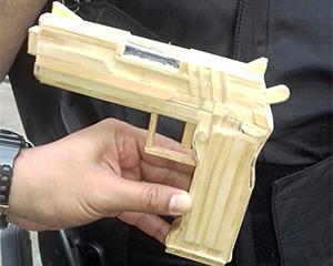 Durante vistoria, agentes encontram pistola feita só com palitos de picolé