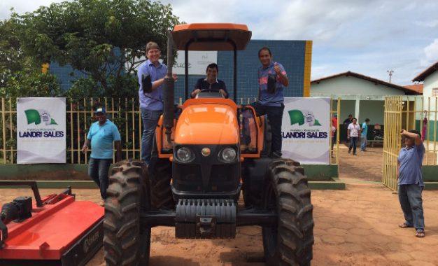 Deputado Rodrigo Martins faz entrega de tratores ao município de Landri Sales