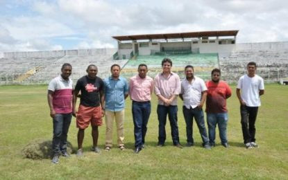 Prefeito de Floriano visita Estádio Tiberão e acompanha o trabalho de recuperação do gramado
