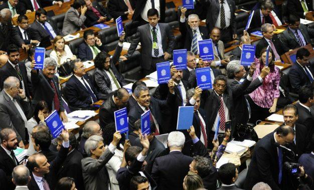 Sete deputados do Piauí aprovam projeto de terceirização