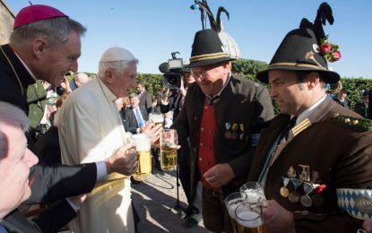 Bento XVI comemora 90 anos bebendo cerveja no Vaticano