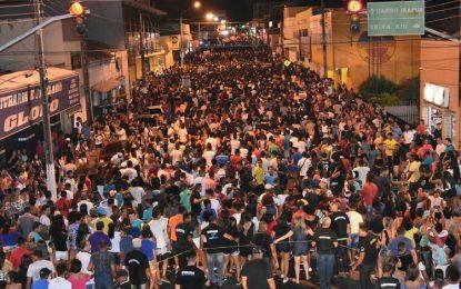 Arrastão em comemoração os 120 anos de Floriano leva milhares de foliões às ruas