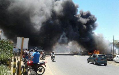 Incêndio destrói pilha de materiais recicláveis na BR-230, em Floriano