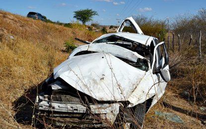 Nutricionista perde o controle do carro e capota na BR 316