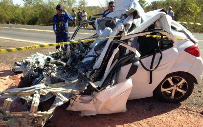 Mulher morre em colisão entre Ônix e caminhão baú na BR-316
