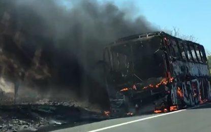 Ônibus que iria levar romeiros do Piauí para o Ceará pega fogo na BR-316