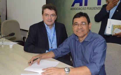 Prefeito Aurélio Sá assina convênio junto à Caixa Econômica Federal