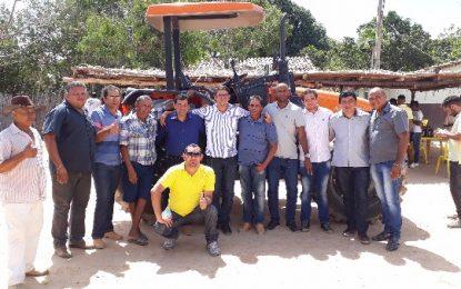 Prefeito de Landri Sales faz entrega de trator para moradores do Assentamento Veredas I