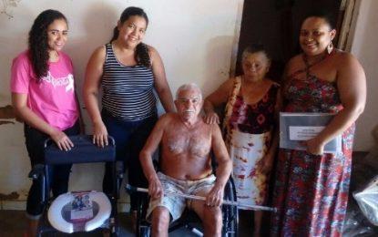Prefeitura de Landri Sales entrega de cadeiras de rodas e de banho para usuários do SUS