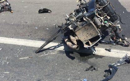 Motociclista tenta ultrapassagem, colide em carro e moto Suzuki parte ao meio