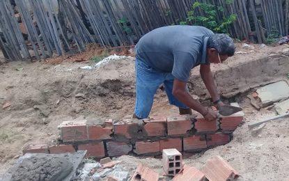 Morador de Guadalupe constrói obra que deveria ser feita pela prefeitura