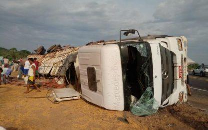 Carreta carregada de milho tomba e carga é saqueada na localidade Paracaty