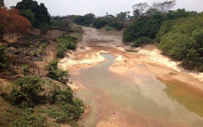 Seca e a ação desenfreada do homem estão matando o rio Gurgueia lentamente