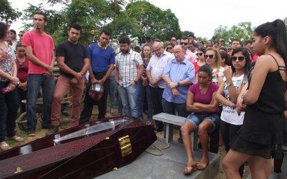 Familiares e amigos dão o último adeus ao empresário Francisco Pereira Sena