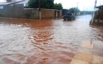 Chuva forte volta alagar ruas e avenidas de Picos