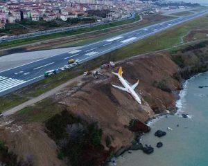 Impressionante: avião derrapa na decida e cai em barranco