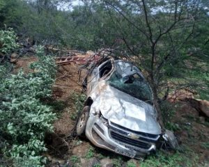 Veículo da Eletrobras fica destruído após capotar na PI-322
