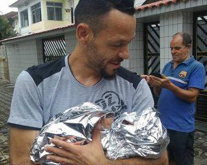 Pai faz o parto da própria filha no meio da rua