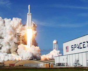 O foguete mais potente do mundo leva carro ao espaço