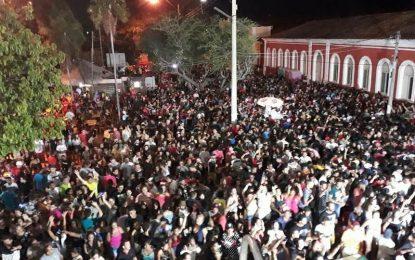 Oz Bambaz arrasta multidão na primeira noite de carnaval em Floriano