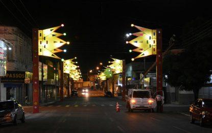 Avenida Getúlio Vargas em Floriano recebe decoração de carnaval