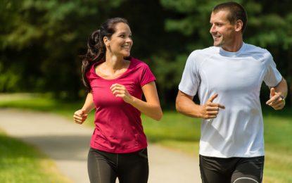 Fazer caminhada controla a pressão, diabetes, protege contra demência e ainda emagrece