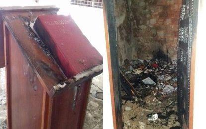 Criminosos furtam igreja em Floriano e ainda botam fogo no local