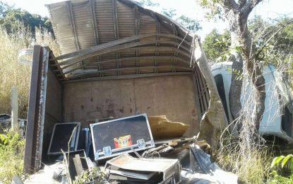 Carro baú com equipamentos para festa em Guadalupe tomba em Jerumenha