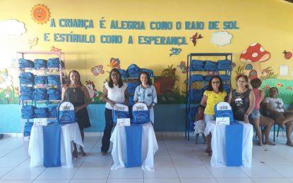 Marcos Parente entrega material didático para alunos do ensino infantil