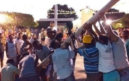 Fiéis carregam o mastro, e dão início os festejos de São João Batista em Guadalupe