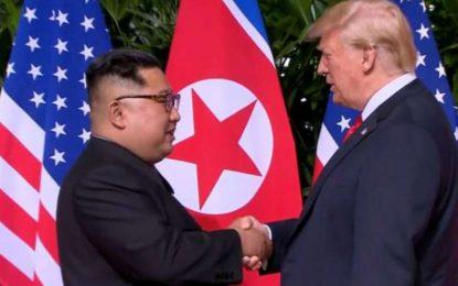 Presidentes Donald Trump e Kim Jong-un dão aperto de mão histórico