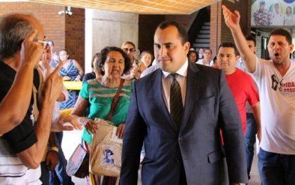Georgiano Neto é hostilizado por professores em manifestação na ALEPI