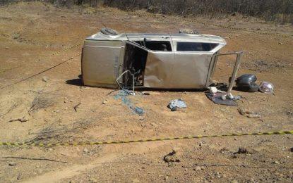 Família sofre acidente ao ir para culto e mulher morre após carro capotar
