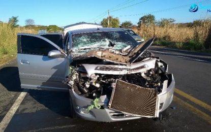 Colisão entre veículo e caminhão deixa feridos na BR-343