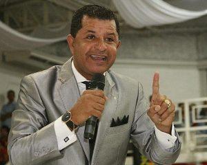 Pastor protesta contra concurso de Jesus gay e facebook bloqueia sua conta