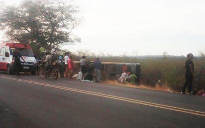 Ônibus com 52 passageiros sofre acidante na BR 135, em Cristalândia, deixando uma pessoa morta e mais de 40 feridos
