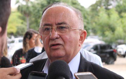 Procurado pela oposição, Júlio César aguarda nova conversa com W. Dias