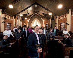 Cansados da solidão, padres católicos migram para Igreja Anglicana