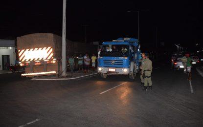 Motorista de carreta danifica poste da avenida principal em Guadalupe
