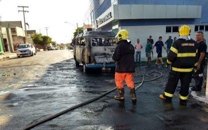 Carro pega fogo e fica totalmente destruído em Floriano