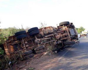 Caçamba carregada com asfalto tomba em município do Piauí