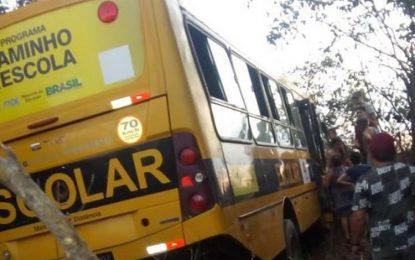 Acidente com ônibus escolar deixa 22 feridos entre crianças e adultos na BR-343