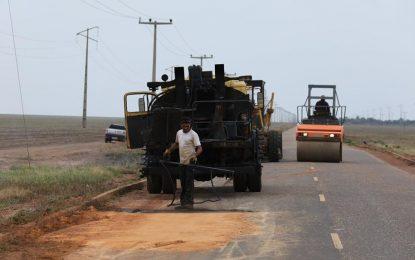 Proprietário da Fazenda Progresso realiza tapa buracos entre Uruçuí e Bertolínia