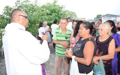 Guadalupenses lotam o cemitério da cidade no Dia de Finados