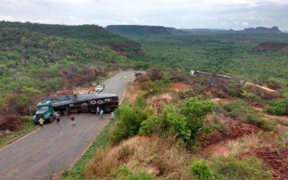 Carreta carregada de milho tomba no interior do Piauí