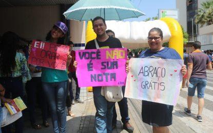 Grupo oferece canetas em troca de abraços para acalmar candidatos do Enem