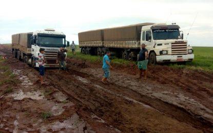 No Piauí, caminhões atolam na Transcerrado e são retirados com guincho da lama
